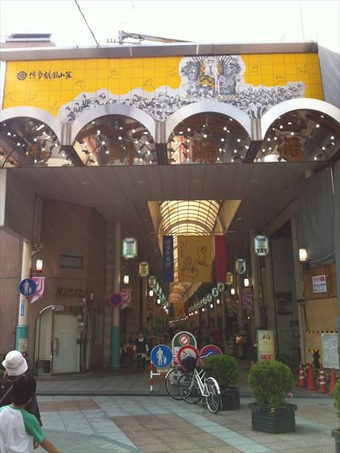 櫛田神社南神門入口前の上川端商店街