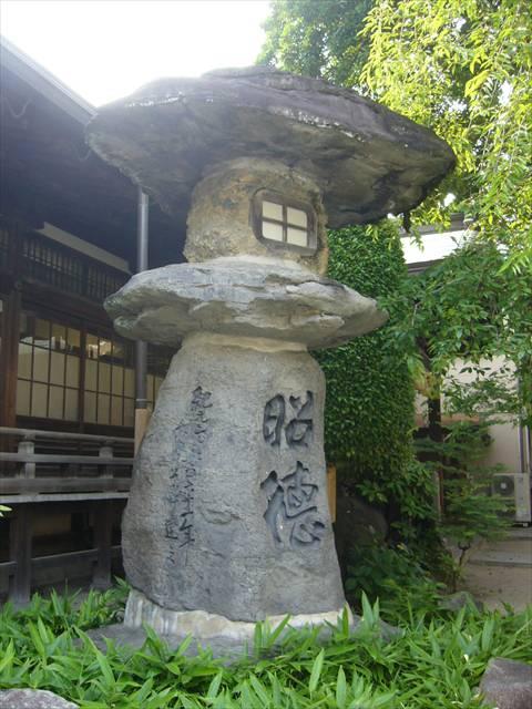 櫛田神社巨大な石灯篭(世の中を徳で照らす)